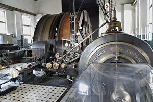 """<div class=""""bildtext"""">5Dampfmaschine aus dem Jahre 1923 – heute noch in Betrieb</div>"""