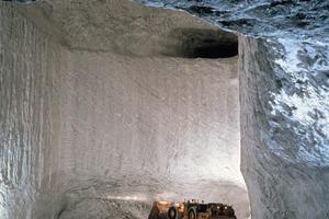 1 Blick in eine der riesigen Salzkammern mit Pfeiler<br />&nbsp;