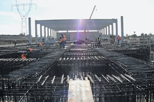 "<div class=""bildtext"">Werk im Rohbau • Building shell of the factory</div>"