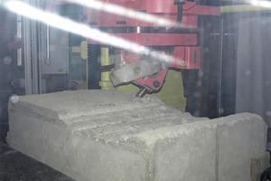 """<span class=""""bildunterschrift_hervorgehoben"""">4</span>Schneidversuch mit einem Beton-Probekörper • Cutting test on a concrete specimen"""