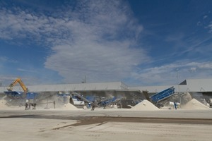 Live demonstration of a plant combination comprising two Kleemann crushers plus interlinked screening plant that produced high-quality aggregate from coarse limestone<br />
