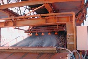 """<div class=""""bildtext"""">Bei der Materialzerkleinerung wird mit Nebel die Staubentstehung und Staubverwirbelung vermieden • During material crushing, fog is used to avoid the dust formation and dust clouds</div>"""