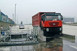 "<div class=""bildtext"">1	In Häfen verhindern MobyDick Reifenwaschanlagen, dass gefährliche Verunreinigungen auf Straßen gelangen<br />In harbours MobyDick Wheel Washing Systems can prevent dangerous contamination from getting onto roads</div>"