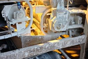 """<div class=""""bildtext"""">1 Staub und Schmutz machen Maschinen und Förderanlagen im Kreideabbau schwer zu schaffen • Dust and dirt make the life of machines and conveyors in chalk extraction very difficult</div>"""