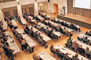 """<div class=""""bildtext"""">Blick in den Vortragssaal • View in the lecture hall</div>"""