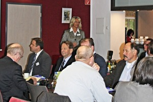 Prof. Schade-Dannewitz bei der Begrüßung der Teilnehmer • Prof. Schade-Dannewitz welcomes the participants
