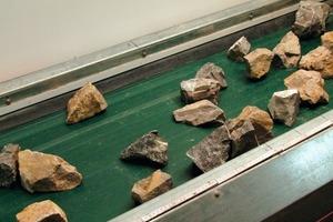 Singled limestone particles on a belt conveyor