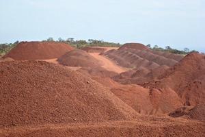 3 Ein Bagger bringt das Erz zur Brechanlage ● An excavator conveys the ore to the crusher installation