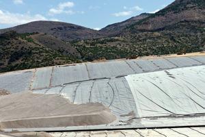 2 Dichtungsbahnen und Drainage bei der Haufenlaugung # Sealing pads and drainage in heap leaching<br />