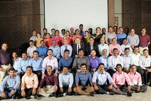"""<div class=""""bildtext"""">Das Team von AUMUND India mit Prasad Rao, Vorstandsmitglied von AUMUND, Andreas Klottka, Geschäftsführer der AUMUND Holding, Raju Gupta, Geschäftsführer von AUMUND India (3. Reihe, Mitte) • The AUMUND India team with Prasad Rao, AUMUND Board Member, Andreas Klottka, Managing Director AUMUND Holding, Raju Gupta, Managing Director AUMUND India (3<sup>rd</sup>row, in the middle)</div>"""