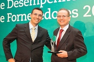 Gustavo Vaz (Purchasing Director of VALE, Minas Gerais, left side) presents the prize for best processing technology supplier to Oswaldo Delfim (Haver &amp; Boecker Latinoamericana)<br />