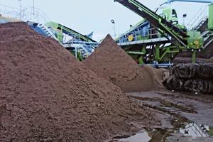 7 Der Sand wird nach der Entwässerung aufgehaldet # Stockpiling of the sand after dewatering<br />