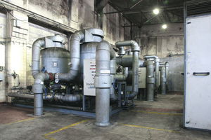 """<div class=""""bildtext"""">1 Die drei Adsorptionstrockner arbeiten mit einem Drucktaupunkt von -80°C • The three adsorption dryers work with a pressure dew point of -80°C</div>"""