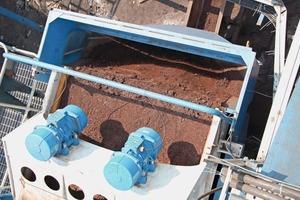 """<span class=""""bildunterschrift_hervorgehoben"""">1</span>Entwässerung von Eisenerzfeinanteilen auf dem EvoWash Sieb Iron ore fines dewatering on EvoWash screen<br />"""