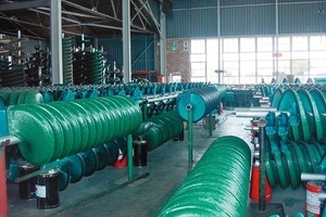 1 Endproduktion von Sortierspiralen für Schwermineralien # Final stage in the production of spiral concentrators for heavy minerals