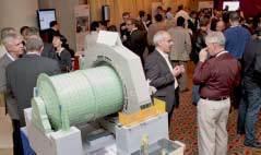 Teilnehmer während der Kaffeepause, Modell einer Mühle mit Ringmotor im Vordergrund