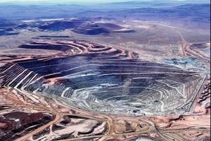 "<div class=""bildtext"">15Escondida Kupfererzmine • Escondida copper ore mine</div>"