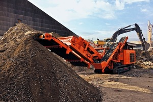 "<div class=""bildtext"">1	Rockster's neuer Prallbrecher R1100DS schafft bis zu 400 t/h • Rockster's new impact crusher R1100DS reaches an output up to 400 t/h</div>"