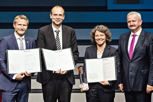 "<div class=""bildtext"">Von links: Dr. Christian Schulze Gronover (IME), Prof. Dr. Dirk Prüfer (IBBP), und Dr. Carla Recker (Continental) und Prof. Dr. Reimund Neugebauer (Fraunhofer-Gesellschaft) bei der Verleihung des Joseph-von-Fraunhofer-Preises für das Projekt ""RUBIN – Industri­ali­sierung von Kautschuk aus Löwenzahn"" • From left: Dr. Christian Schulze Gronover (IME), Prof. Dr. Dirk Prüfer (IBBP) and Dr. Carla Recker (Continental) and Prof. Dr. Reimund Neugebauer (Fraunhofer-Gesellschaft) at the award ceremony of the Joseph-von-Fraunhofer-Award for the project ""RUBIN – Industrialization of dandelion rubber""</div>"