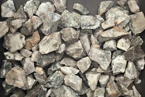 """<div class=""""bildtext"""">4&nbsp; -35 mm +10 mm waste rock (lhs) and quartz reef (rhs)</div>"""