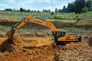 3 Bis zu 15000t Sand fördert der Hyundai-Hydraulikbagger in diesem anspruchsvollen Einsatz. Adler-Sand betreibt vier Gewinnungsstätten
