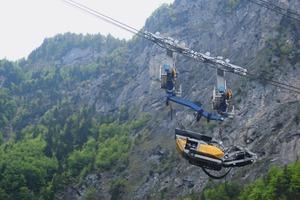 6 Der Prallbrecher RM100 schwebt über das Linthal in der Schweiz