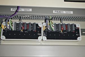 """<div class=""""bildtext"""">2 ModWeigh Auswertesysteme, die mit klassischen Analogschnittstellen mit der PLS kommunizieren • ModWeigh analysis system, communicating with the PLS via traditional analogue interfaces</div>"""