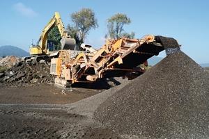 1 Der allererste Prallbrecher&nbsp;R1100 bei der Asphaltaufbereitung • Preparation of asphalt with the very first impact crusher R1100<br />