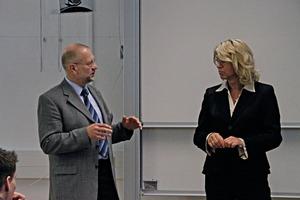 10 Dr. Uwe Sauermann während der Diskussion • Dr. Uwe Sauermann during discussion<br />