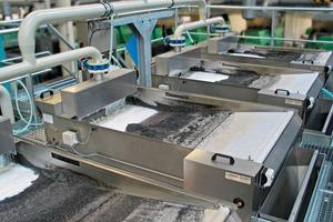 2 Blick auf fünf Schrägfilter bei der Kalksandstein-Aufbereitung <br />