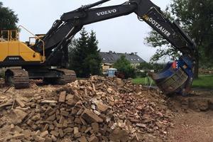 2Die Lengenfelder Recycling und Abbruch GmbH nutzt beim Wiedereinbau von Material einen Sieblöffel RT 2500