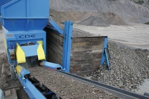 Feed material on the transfer conveyor of the M2500<br />
