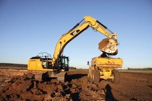"<div class=""bildtext"">1 Der Kettenbagger soll möglichst effizient Dumper beladen • The tracked excavator has to load dumpers as efficiently as possible</div>"