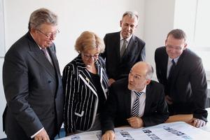"""<div class=""""bildtext"""">3V.l.: Dr. Reinhold Festge, Susanne Festge, Prof. Holger Lieberwirth, Dr. Stephan Hüwel und Sven Krüger bei der HEM in Freiberg</div>"""