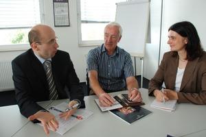 Chefredakteurin der AT INTERNATIONAL, Dr. Petra Strunk, im Gespräch mit Olaf Drusche (links) und Günther Lakenbrink (Mitte)<br />