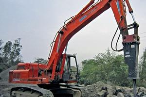 Der BA2424 von Sandvik wird auf einem Hydraulikbagger EX200 von Hitachi montiert • The Sandvik BA2424 is mounted on a Hitachi EX200 hydraulic excavator