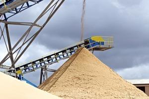 2 Sowohl der entwässerte Kristallquarzsand als auch der Betonsand werden mit Radialförderern von 26&nbsp;m auf Halde gefahren, womit eine Haldenkapazität von 5000&nbsp;t garantiert wird • Both the dewatered silica sand and concrete sands are stockpiled using 26&nbsp;m radial conveyors which ensure a stockpile capacity of 5000&nbsp;t<br />
