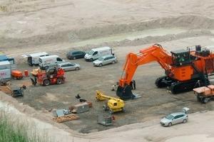 1 Der Aufbau der Maschine, die auf neun Tiefladern geliefert wurde, dauerte rund eine Woche<br />