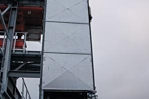 """<div class=""""bildtext"""">14 Gehäuse für den Senkrechtförderer am neuen Standort • Housing for the vertical conveyor at the new site</div>"""