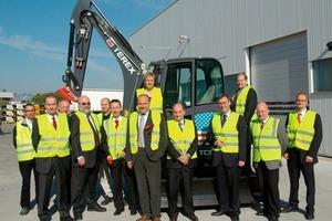 Das Terex Management-Team und der Crailsheimer Oberbürgermeister Rudolf Michl (Siebter von links) bei der feierlichen Eröffnung des Crailsheimer Neubaus<br />