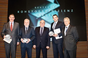 """<div class=""""bildtext"""">The three award winners: Felix-Max Hartmann, IAS GmbH (left), Franz Krause, Maija Frästechnik GmbH (2<sup>nd</sup> from the left) and Dr.-Ing: Frank Schladitz, C³ Carbon Concrete Composite e. V (2<sup>nd</sup> from right) with State Secretary Uwe Beckmeyer (center) and Prof. Dr. Hans-Joachim Kümpel, President of the BGR (1<sup>st</sup> from right)</div>"""