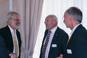 2 Dr Wendenburg (centre) in discussion with Dr.-Ing. Bertram with Lower Saxony's Ministry of the Environment and Climate Protection, Hanover, and Prof. Dr.-Ing. Brameshuber from the Institute of Building Materials Research, RWTH University of Aachen