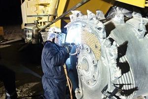 3 Nachtschicht bei 0°C: 3300 TungStuds von Typ BTS01 wurden zum Schutz der Maschine aufgeschweißt ● Night shift at 0°C. 3300 BTS01 TungStuds were welded onto the machine to provide protection