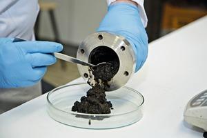 "<div class=""bildtext"">2 The HTC process first converts sewage sludge into CO<sub>2</sub>-neutral biochar</div>"