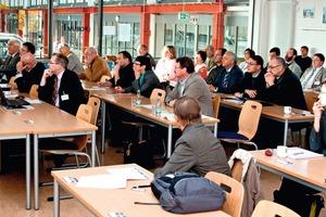 "<span class=""bildunterschrift_hervorgehoben"">1</span>Teilnehmer der Veranstaltung • Conference attendees<br />"