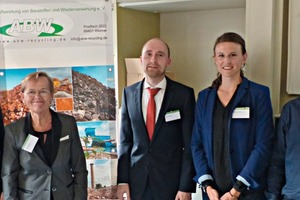 """2 The winner of the """"Award for young researchers in construction material recycling"""" Anna-Lena Höhn M.Sc., Prof. Dr.-Ing. habil. Anette Müller, the two second-placed winners Stephan Dose M.Sc. and Stephanie Grümer M.Sc. and the General Secretary of ABW e.V., Dipl.-Ing. Alexander Schnell (from left to right)"""