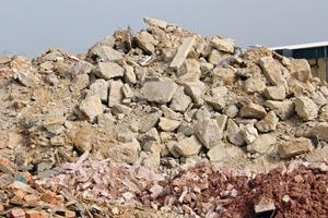 1 Aus dem Bauschutt wird die repräsentative Probe gezogen • A representative sample is to draw from the demolition waste