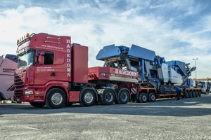 """<div class=""""bildtext"""">The MOBIREX MR&nbsp;130&nbsp;Z&nbsp;EVO&nbsp;2 is picked up by a four-axial low-loader from Hagedorn</div>"""