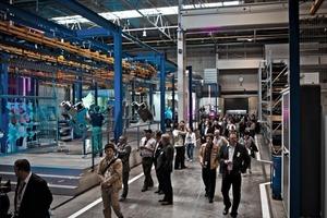 1 Beim Rundgang durch das neue Fertigerwerk der Joseph VögeleAG # On tour through the new factory of Joseph VögeleAG
