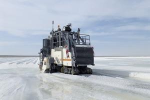 """<div class=""""bildtext"""">2 Mit rund 33&nbsp;000 ha ist Exportadora de Sal das größte Salzfeld der Welt. Das Salzgestein hat eine einaxiale Druckfestigkeit von 10&nbsp;MPa • Covering an area of 33&nbsp;000 ha, Exportadora de Sal is the largest salt field in the world. The salt mined here has an unconfined compressive strength of 10&nbsp;MPa</div>"""